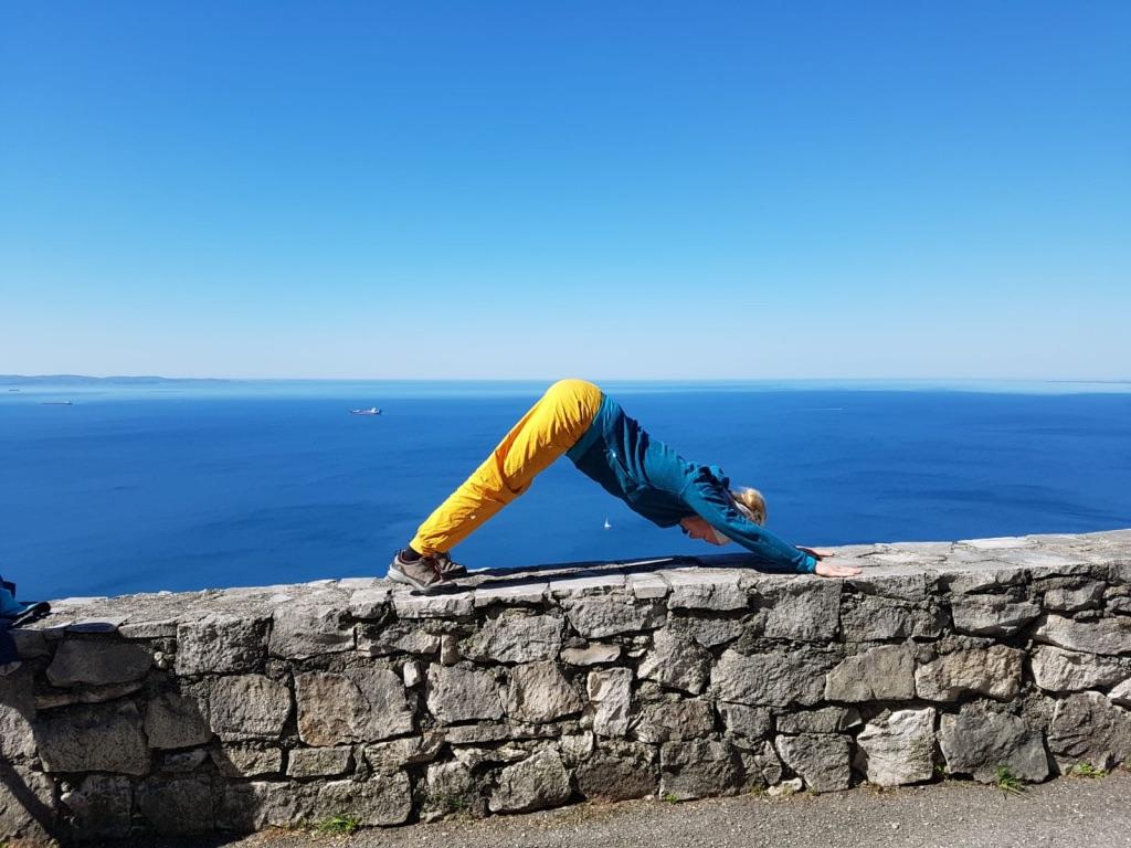 Yoga und Klettern am Meer